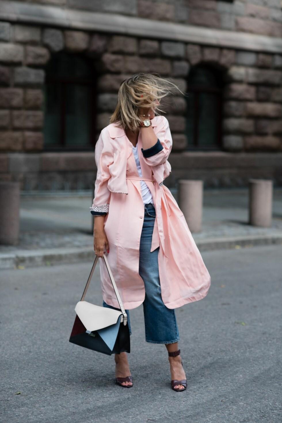 KOMBINER MED: Janka bruker rosafargen sammen med denim, hvitt og mørke burgundertoner. Foto: Polliani.com