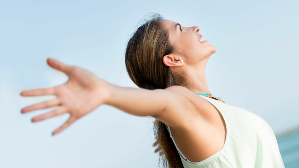 SKRYT AV DEG SELV: Forskning har vist at det å snakke positivt til seg selv, kan ha god effekt. Foto: Fotolia