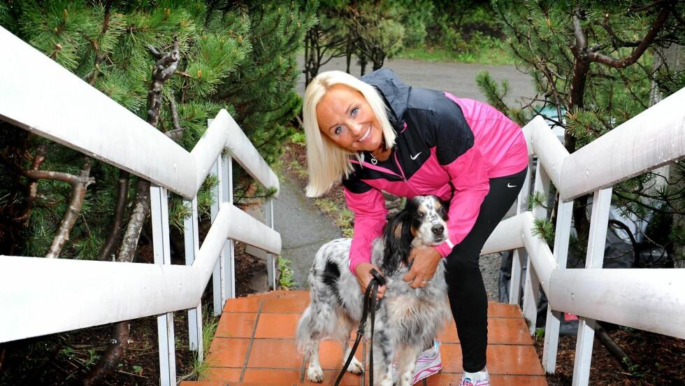 INGER STENSTRØM - FIKK MS: Inger Stenstrøm ble diagnostisert med MS for ni år siden. Hun kan ikke lenger løpe eller gå på ski, men hun opprettholder sine daglige turer. Hennes faste turvenn er nabohunden Lulu. – Jeg er glad for at jeg kan bevege meg i det hele tatt, sier hun. Foto: Marianne Otterdahl-Jensen