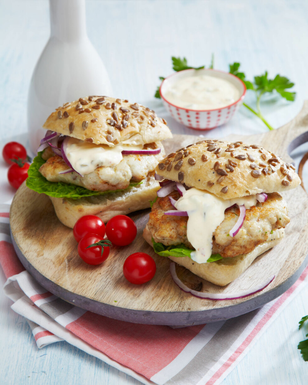 GROVE SEIBURGERE: I nistekurven pakker du gode seikaker, hamburgerbrød, salat, tomater, agurk, løk og dressing. Burgerne legger du sammen like før du skal spise dem.  Foto: Synøve Dreyer