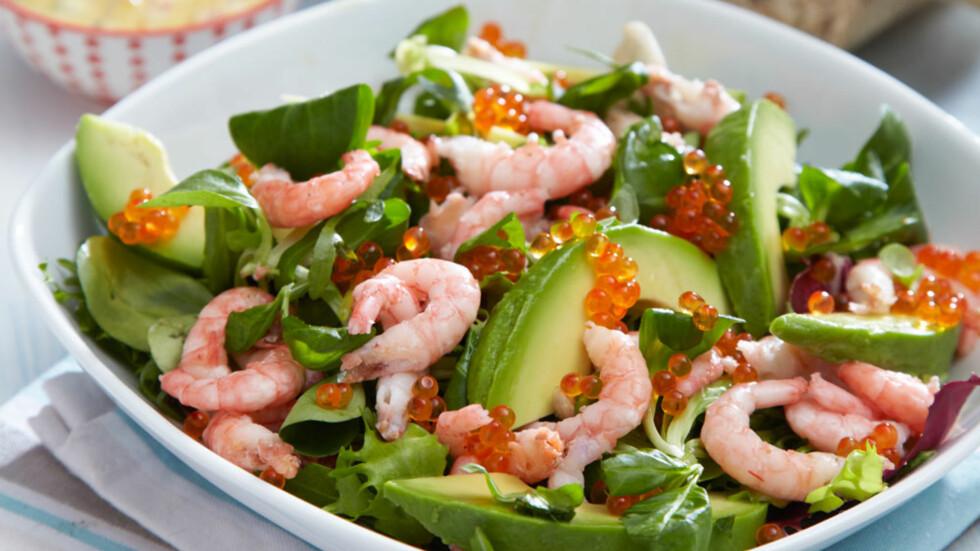 REKE-OG AVOKADOSALAT: Salaten serveres med hjemmelagd Thousand Island dressing, som er noe helt annet enn den du kjøper ferdig på flaske. Foto: Synøve Dreyer