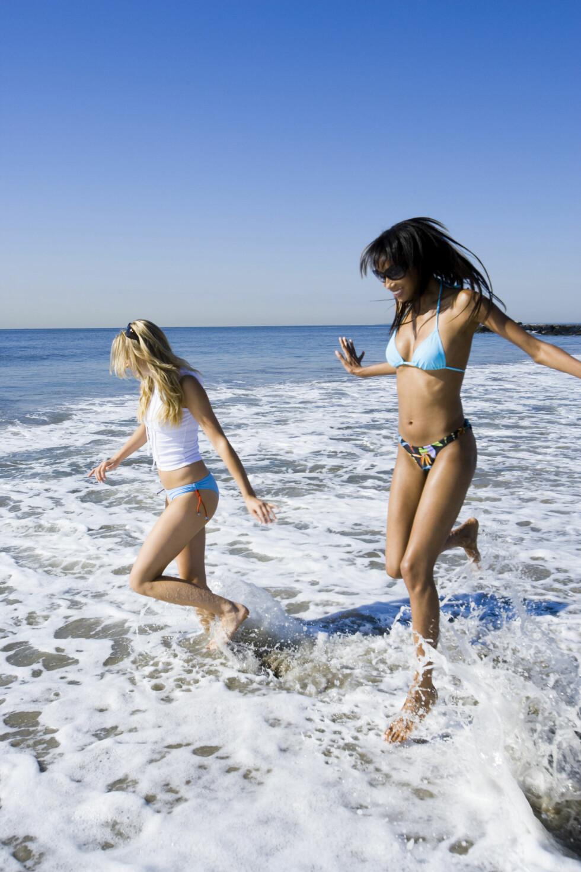 <strong>SLÅ DEG LØS:</strong> Det er ingen grunn til å utsette badingen selv om du har mensen, men det kan være lurt å bruke tampong, og skifte den ofte. Foto: Scanpix/NTB