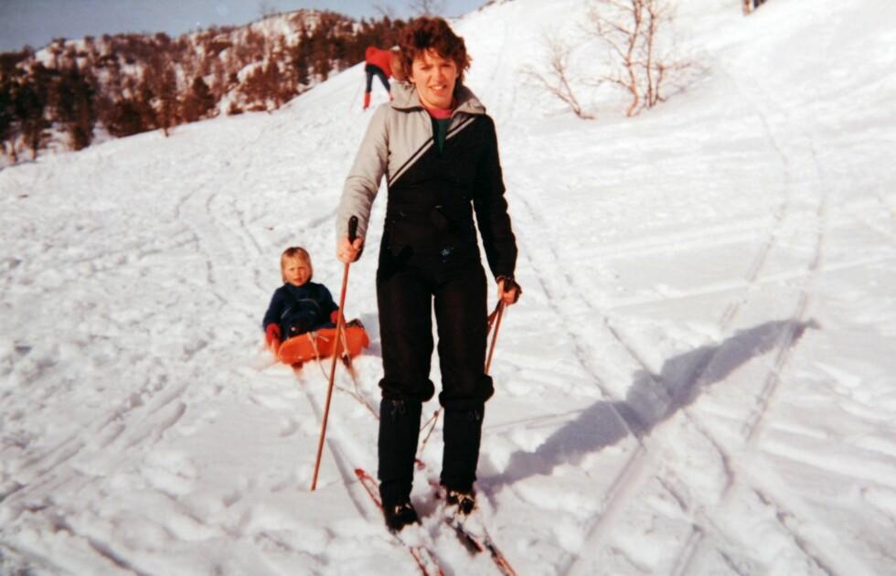 UT PÅ TUR: Mor og datter på vinterferie i Hamlagrø i 1985. Foto: Privat