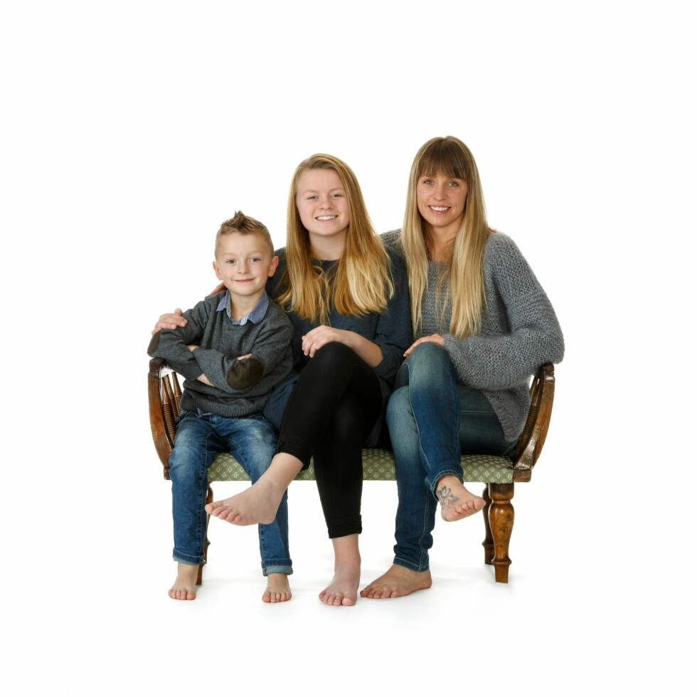 FAMILIESAMHOLD: Katrine sammen med barna sine – fra venstre: Jovard, Malin og Katrine. Bildet er tatt julen 2013. Foto: Privat