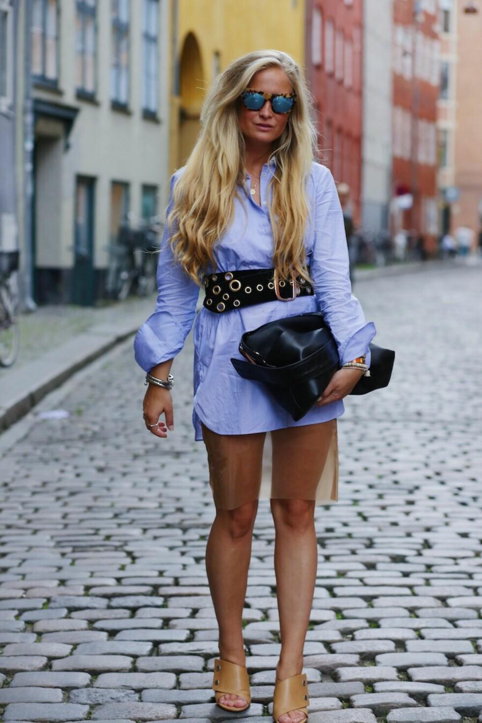 Den stripete skjorta: Nathalie Helgerud i en lang, blå skjorte kombinert med et gjennomsiktig tyllskjørt.  Foto: Marianne Theodorsen
