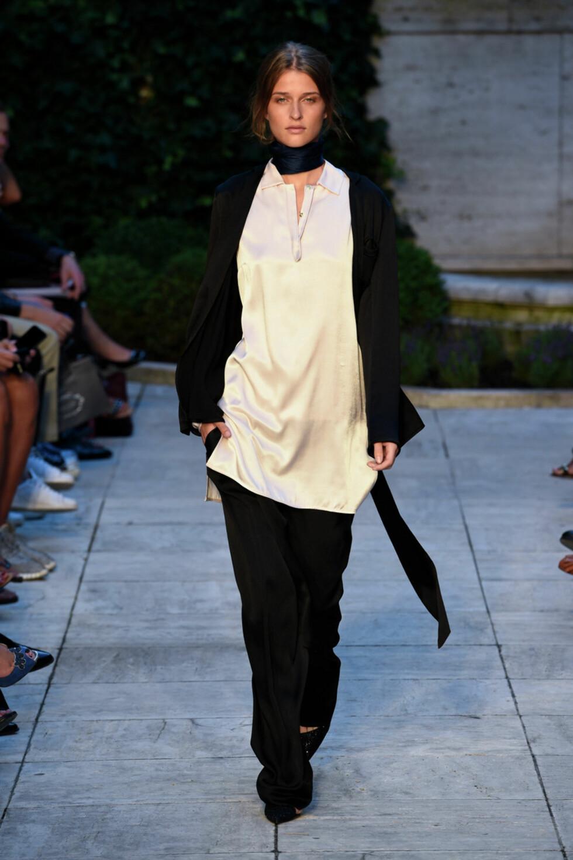Finn frem skjorten: Gå for et silkeskjerf i halsen, slik vi så på Bruns Bazaar sin SS16 visning i København. Foto: Copenhagen Fashion Week