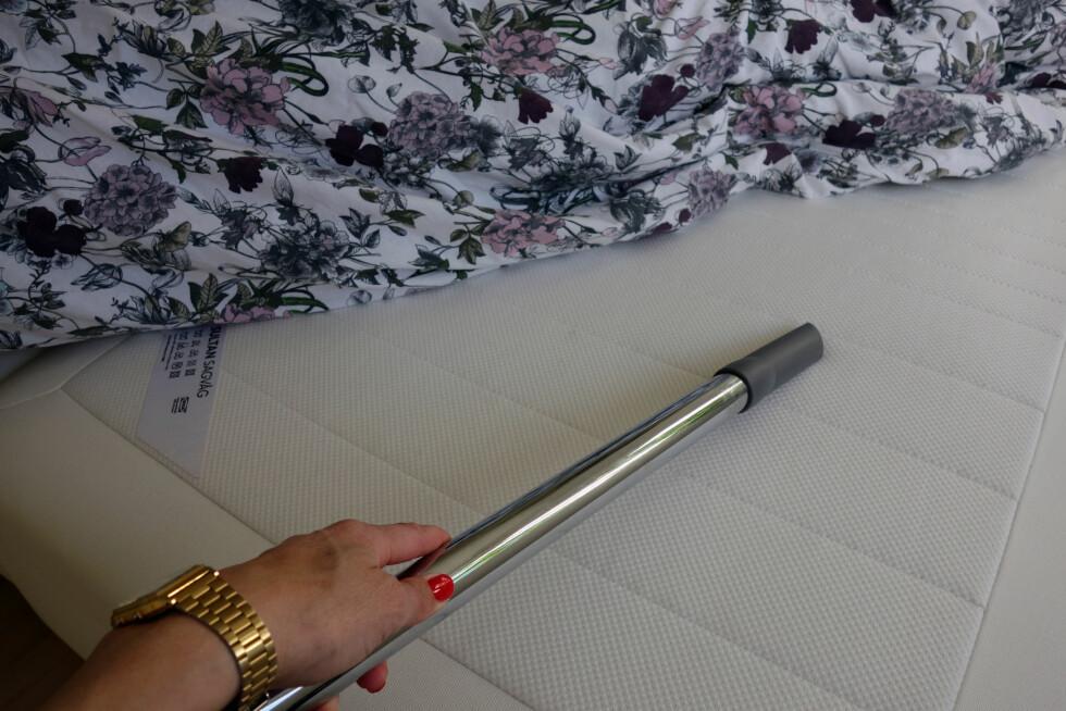 IKKE GLEM MADRASSEN: Siden du ikke får plass til madrassen i vaskemaskinen kan du støvsuge den hver gang du bytter på senga. Husk å støvsuge begge sidene!  Foto: KK