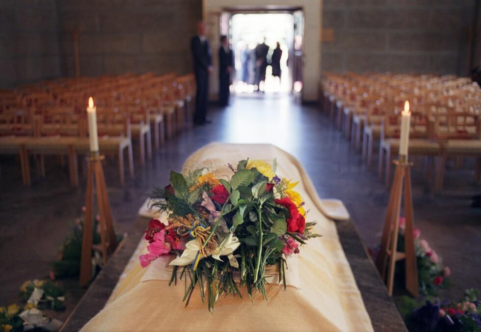 KIRKELIG: Salmene er en naturlig del av den kirkelige seremonien, og man kan velge å ha allsang eller en vakker solosang. Foto: Bildhuset / TT NYHETSBYRÅN