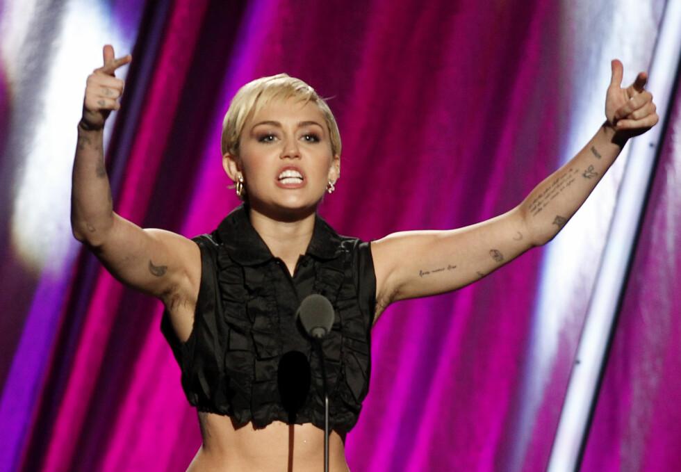 VISTE HÅRET MED STOLTHET: Miley hadde ingen problemer med å vise sine hårete armhuler under  Rock and Roll Hall of Fame Induction Ceremony i Cleveland i april.  Foto: Reuters