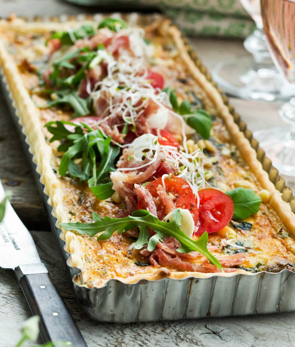 PAI MED BÅDE MOZARELLA OG FETAOST:  Caprese er en italiensk smårett med mozzarella, tomat og basilikum, som smaker ypperlig som topping på denne gode paien.  Foto: All Over Press