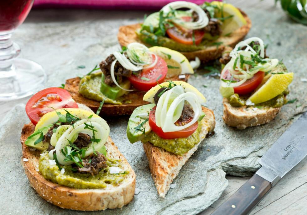 SOMMERSANDWICH: Sprø og små avokadobrødskiver kan du spise mange av. Både tapenade, som er en olivenrøre, og pesto kan du kjøpe ferdig på glass. Foto: All Over Press