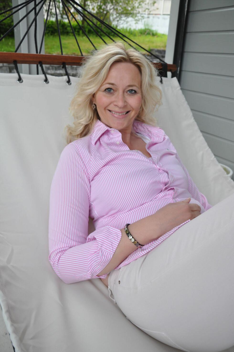 TRENGER HVILE: Gro Linn har lært seg å lytte til kroppen, og hun sørger hun for å få nok hvile når det er nødvendig. Da er hengekøya i hagen et deilig alternativ. Foto: Gyri Aure