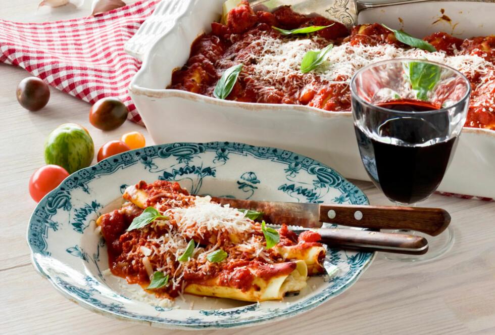 CANNELONI MED SKINKE: Fylte pastaruller med herlig tomatsaus er en god rett som er rask å lage. Foto: All Over Press