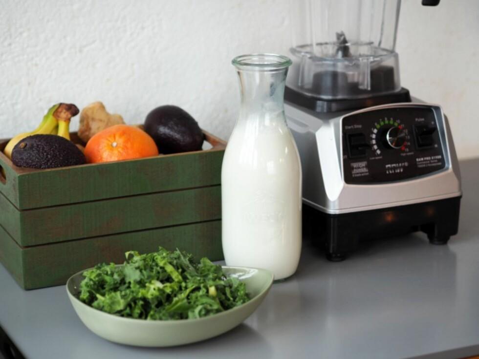SUNT: Frisk frukt, mandelmelk og grønnkål er gode ingredienser for en næringssrik frokostsmoothie. Foto: Julie Ilona Balas, Juliesmatblogg.no