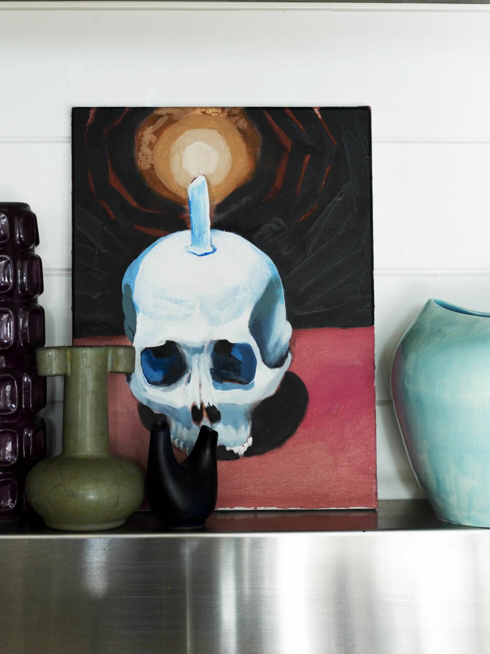 Ett av Mitchells malerier står på en hylle med en samling europeisk keramikk. Den turkise vasen har Mitchell laget selv. Foto: Prue Ruscoe/Taverne Agency