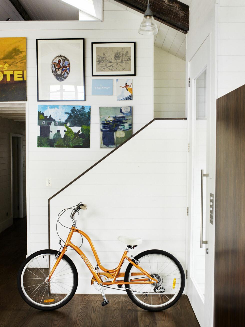 Trappen til loftstuen. Den gamle sykkelen til Ines ved inngangen. Maleriene over er av Mitchell og venner.  Foto: Prue Ruscoe/Taverne Agency