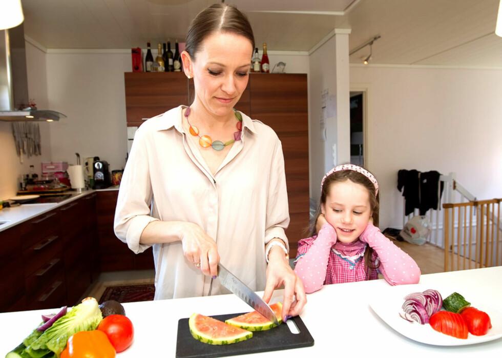 SALAT TIL LUNSJ: Camilla lager mye salater, og erstatter gjerne lunsj-brødskivene med salat. Datteren Mina (6) er også glad i frukt og grønt.  Foto: Alf Øystein Støtvig