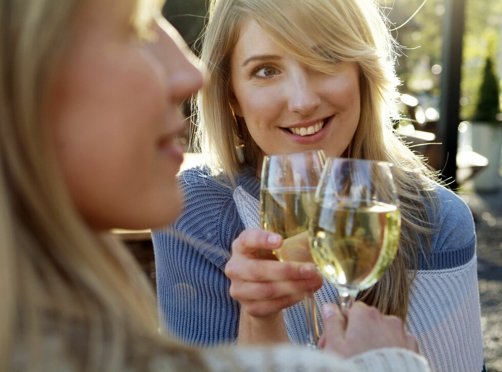SYRE: Hvitvin har en lav pH-verdi som kan føre til syreskader på tennene. Det kan derfor være lurt å skylle munnen med vann etter et glass vin. Foto: Scanpix/NTB