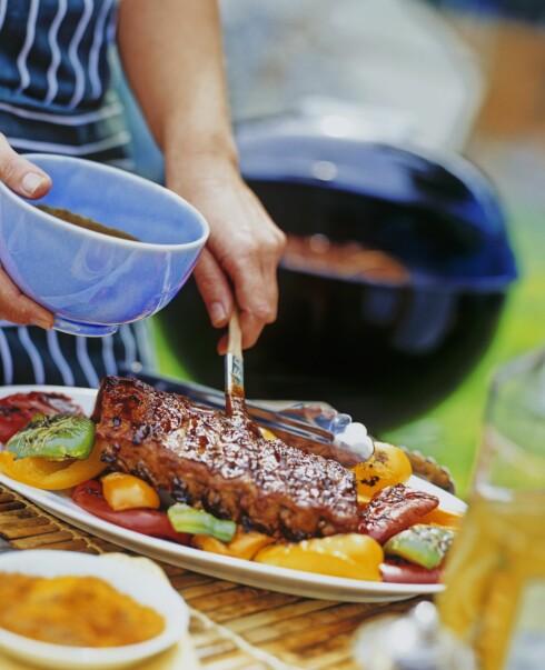 BBQ: Du har kanskje ikke tenkt over at barbeque saus ofte inneholder mye sukker, noe som slett ikke er så bra for tennene. Foto: Scanpix/NTB