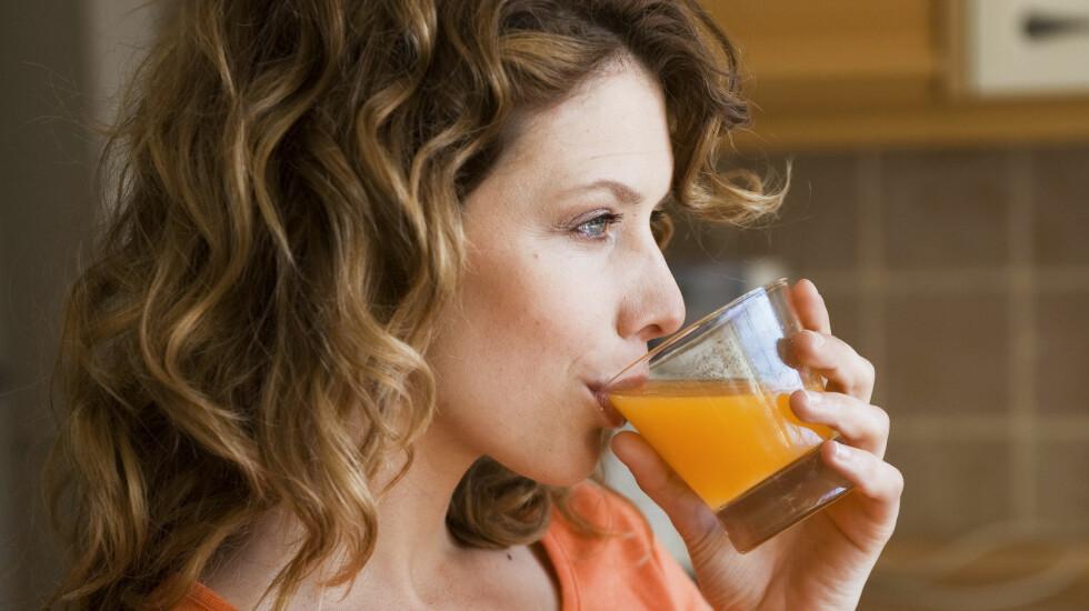 JUICE: Noen mat- og drikkevarer kan gjøre mer skade på tennene enn andre. Her er tipsene for å unngå hull og syreskader. Foto: Scanpix/NTB