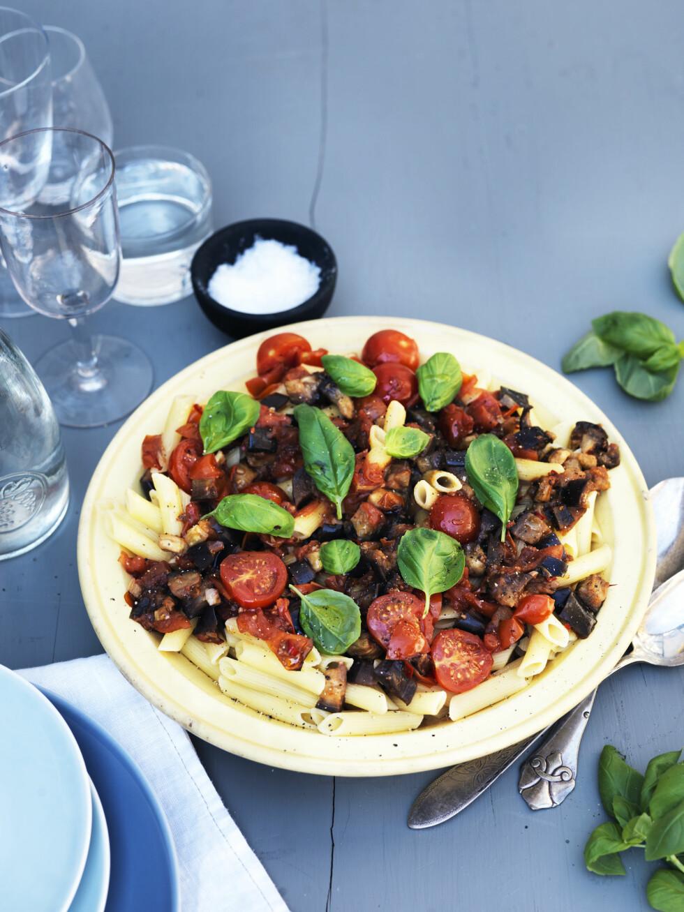<strong>FYLDIG:</strong> De stekte aubergineterningene gjør tomatsausen ekstra fyldig, så man ikke savner kjøtt i retten. Foto: All Over Press