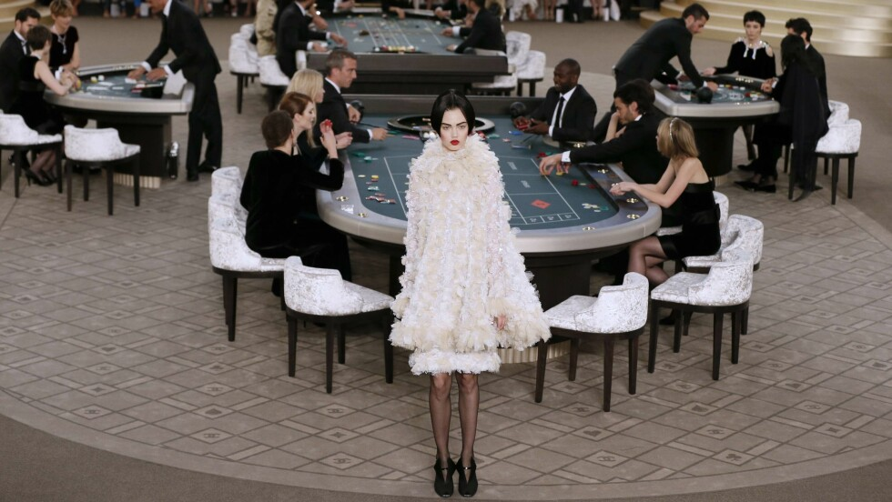 CHANEL COUTURE: Hårsveisen til modellene ble lagt merke til under visningen til det franske motehuset. Bak sitter skuespillerne Julianne Moore og Kristen Stewart. Foto: Afp