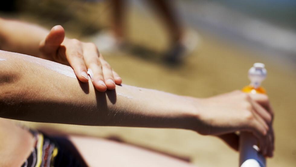 SOLKREM OG FAKTOR: Vet du egentlig forskjellen på dem? Det er faktisk ikke så store forskjeller på beskyttelsesevnen til for eksempel solfaktor 30 og 50, men det er enkelte som alltid bør velge den høyeste - spesielt personer med pigmentflekker eller andre solskader, samt de behandler huden med laser, sterke konsentrasjoner vitamin A eller hydrokinon. Foto: NTB scanpix
