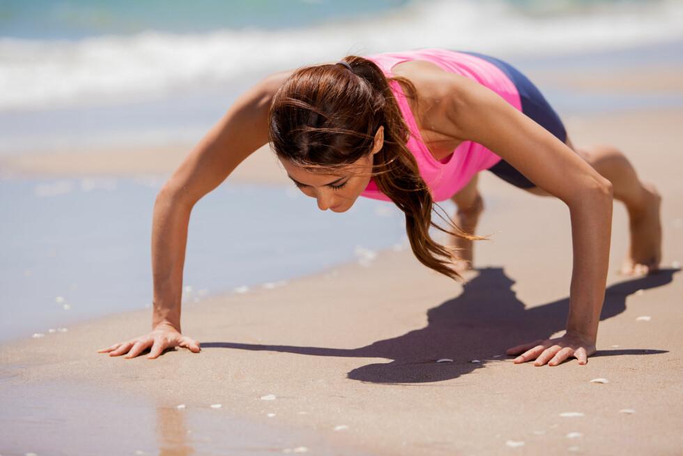 STRANDTRENING: Du burde ikke legge treningen helt på hylla i ferien – i hvert fall dersom du har planer om å kose deg litt ekstra.  Foto: AntonioDiaz - Fotolia