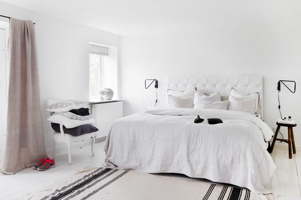 LYST: Med et delikat, helhvitt soverom, kun strammet opp med noen få, sorte detaljer, ligger forholdene til rette for total ro og harmoni.   Foto: Yvonne Wilhelmsen