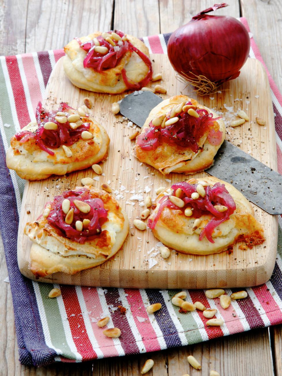 <strong>MINIPIZZA MED RØDLØKSMARMELADE:</strong> Rødløken er mild og god på smak og egner seg derfor godt til denne marmeladen. Foto: Linnea Press