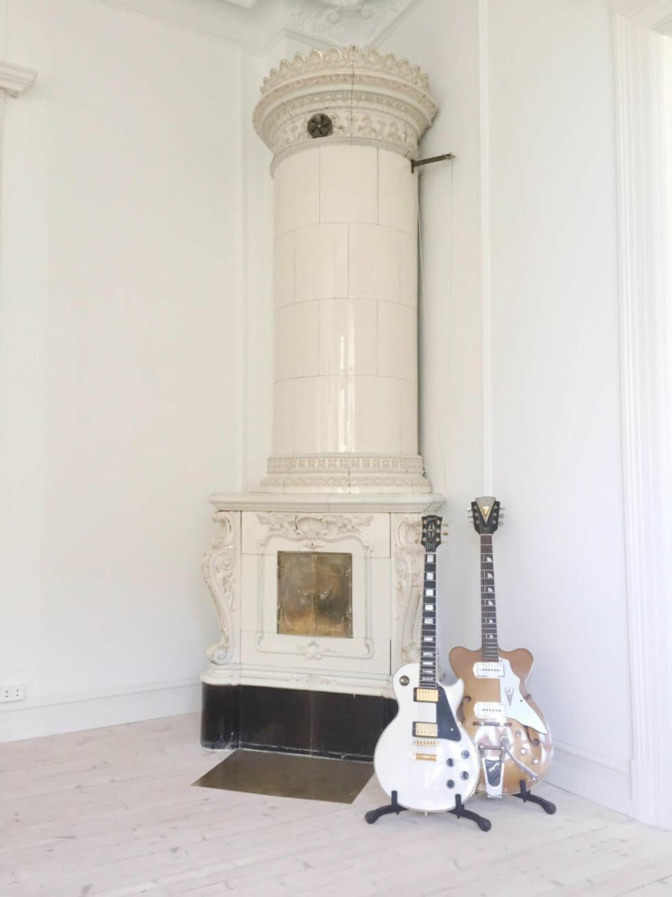 BOR I GAMMEL FROGNERBYGÅRD: - Bygården er fra slutten av 1800-tallet, og vi fant noen gamle arkivbilder av leiligheten med denne svenskeovnen fra 1908. Det eneste vi har mer av enn ildsteder er gitarer, skriver den tidligere redaktøren.  Foto: vanessarudjord.com/stylebook