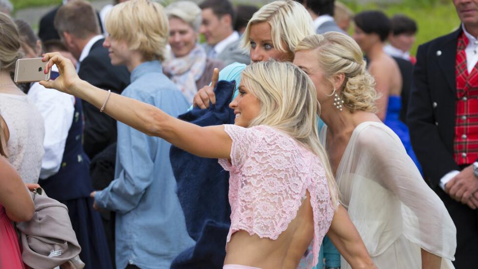 SELFIE: Therese Johaug (27) hadde på seg kjole fra Nelly.com i bryllupet til Kristin Størmer Steira (34) og Devon Kershaw (32). Her tar hun bilde sammen med bruden og Vibeke Skofterud (35). Foto: Espen Solli