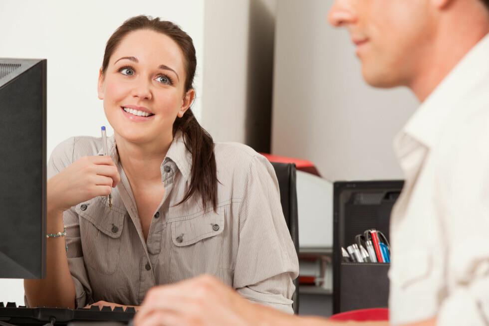 KOLLEGA: Det ikke er uvanlig at det oppstår romanser på arbeidsplassen. Både i form av lange affærer og spontane sidesprang der alkohol er involvert.  Foto: Scanpix/NTB
