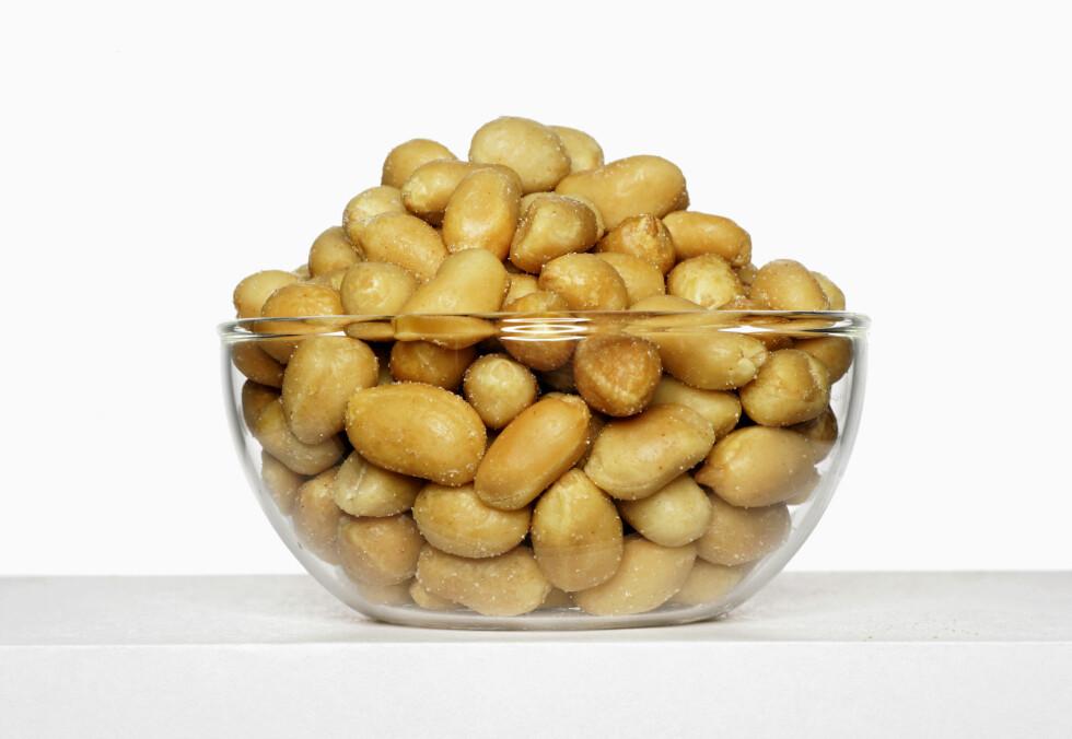 SUNT: Deilige peanøtter er bra som snacks. Det har mye av det sunne fettet. Spesielt mye enumettet fett som er av det samme slaget man finner i olivenolje. Foto: Scanpix