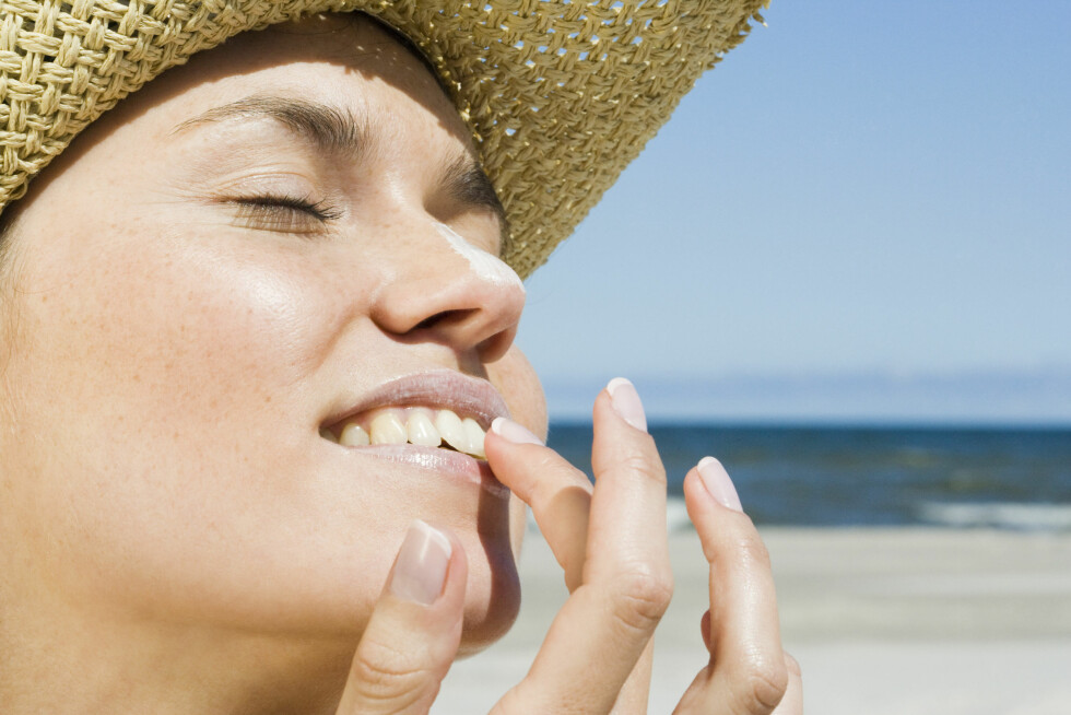 PASS PÅ: Ikke glem at også leppene trenger solfaktor i den sterke sommersolen. Foto: Scanpix/NTB