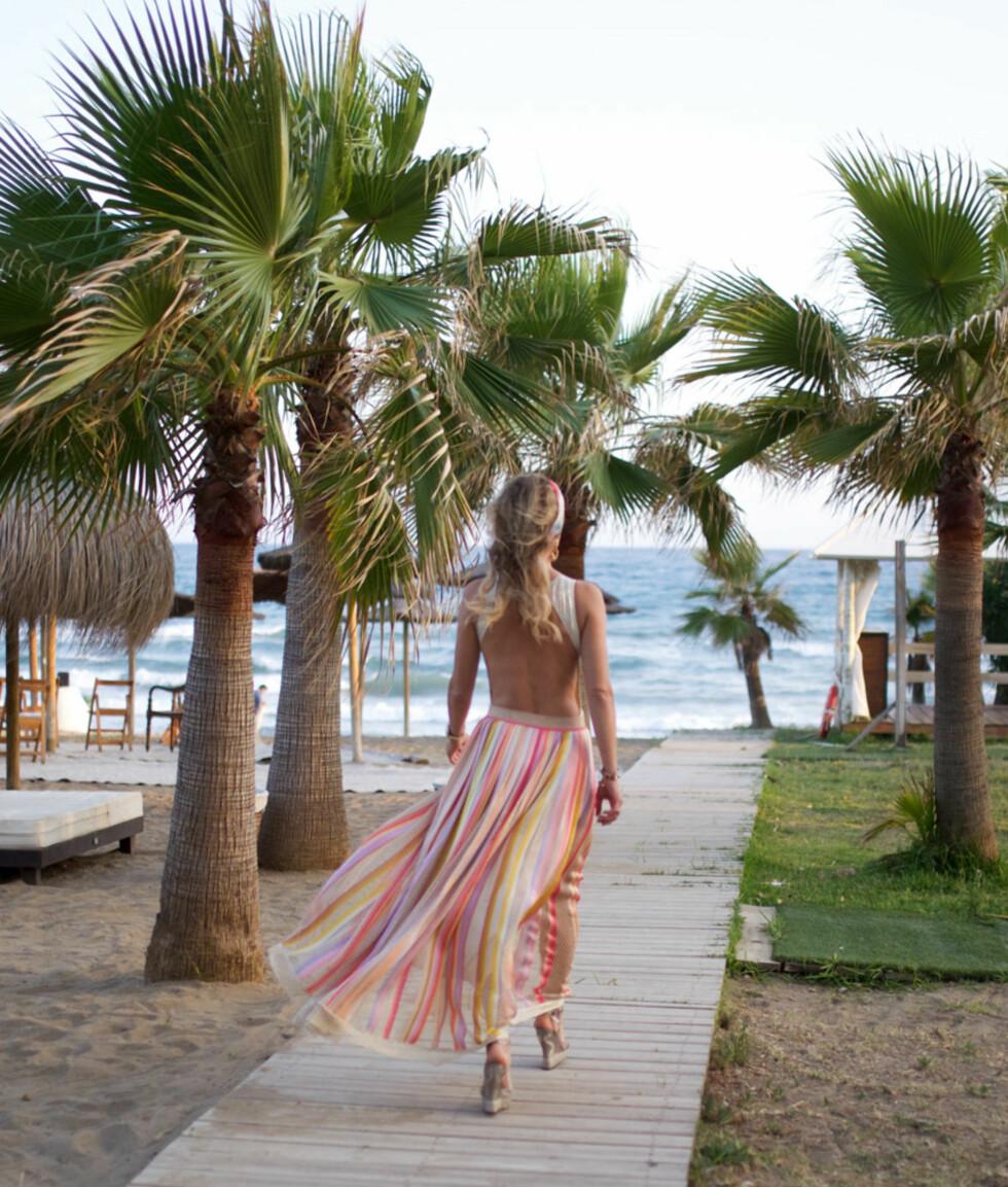 ÅPEN RYGG: Strandbryllup er anledningen til å vise litt hud. Foto: Linelangmo.no