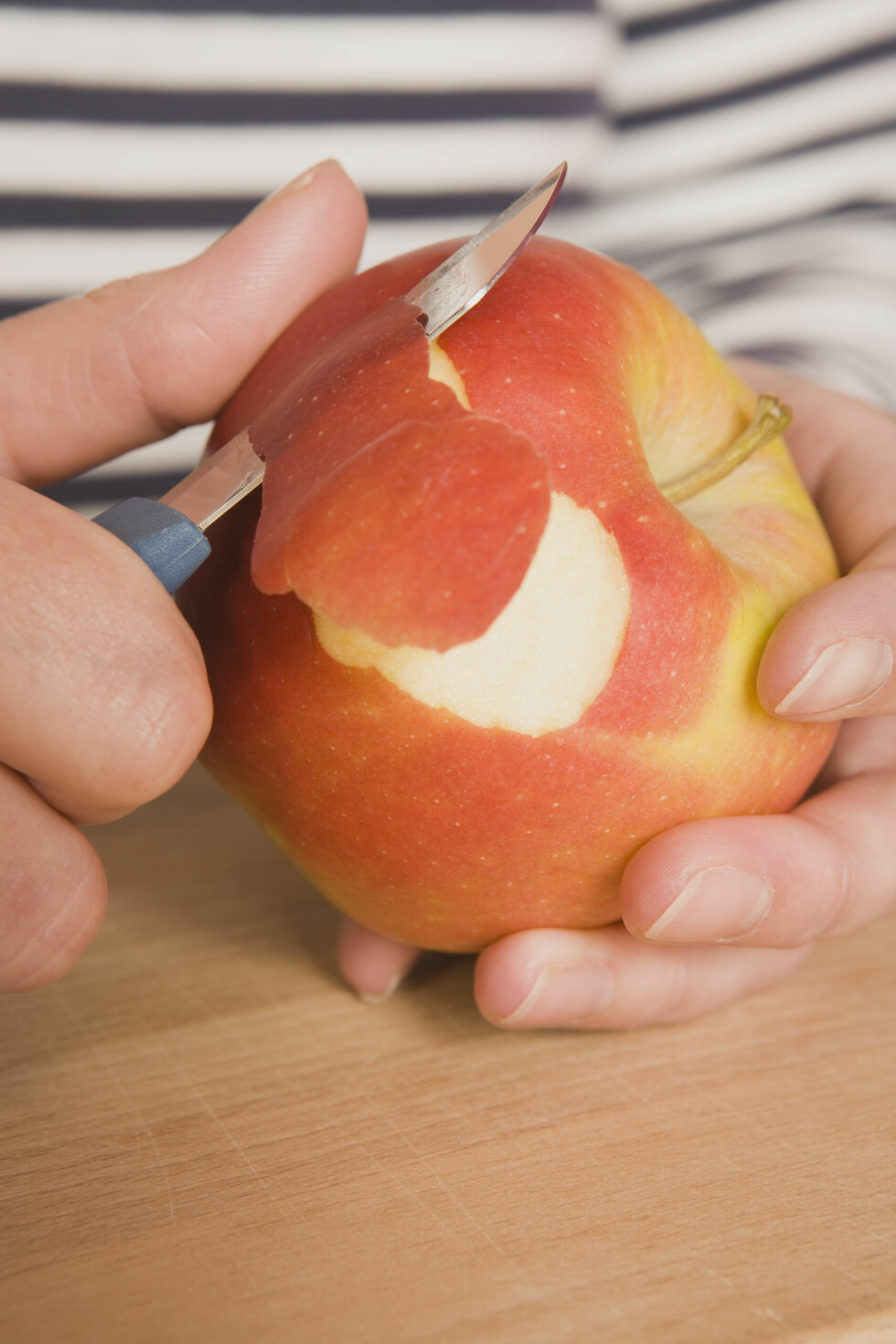 <strong>EPLETRIKS:</strong> Har du løs mage kan det være lurt å skrelle eplet. Har du motsatt problem kan du beholde skallet på. Foto: Scanpix