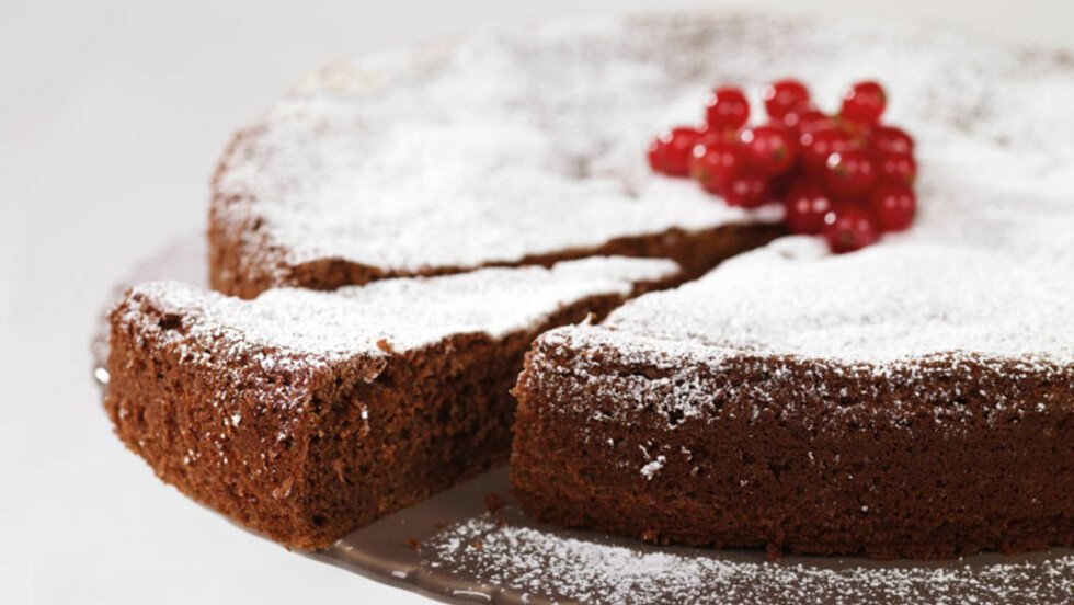 MØRK SJOKOLADEKAKE: Ett stykke av denne kaken inneholder kun 110 kalorier!  Foto: Grete Roede AS