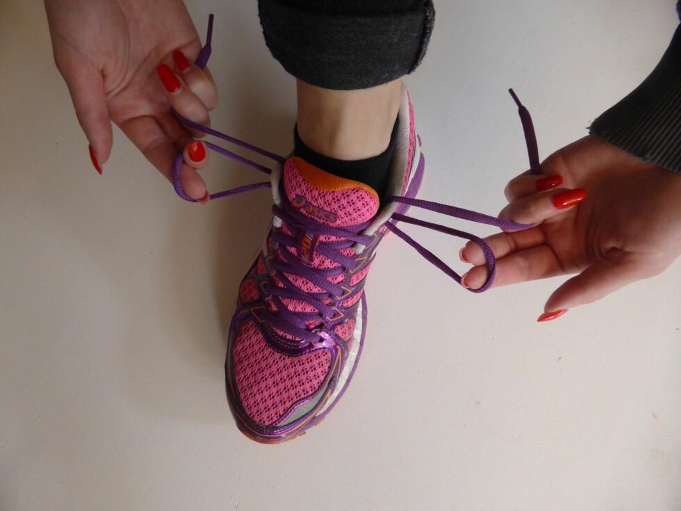 STEG 1: Dra lissene gjennom hullene fra utsiden, slik at du lager en liten løkke på hver side av skoen.  Foto: Tone Ruud Engen