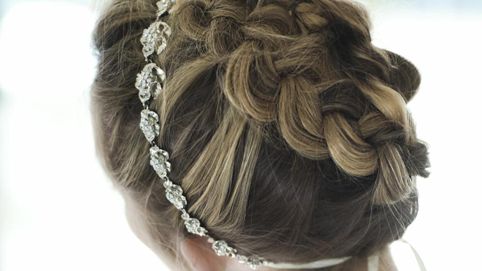 OPPSATT HÅR: Smykket kommer virkelig til sin rett når håret er oppsatt. Tvinninger og fletter gjør seg veldig godt med romantiske smykker. Foto: Astrid Waller