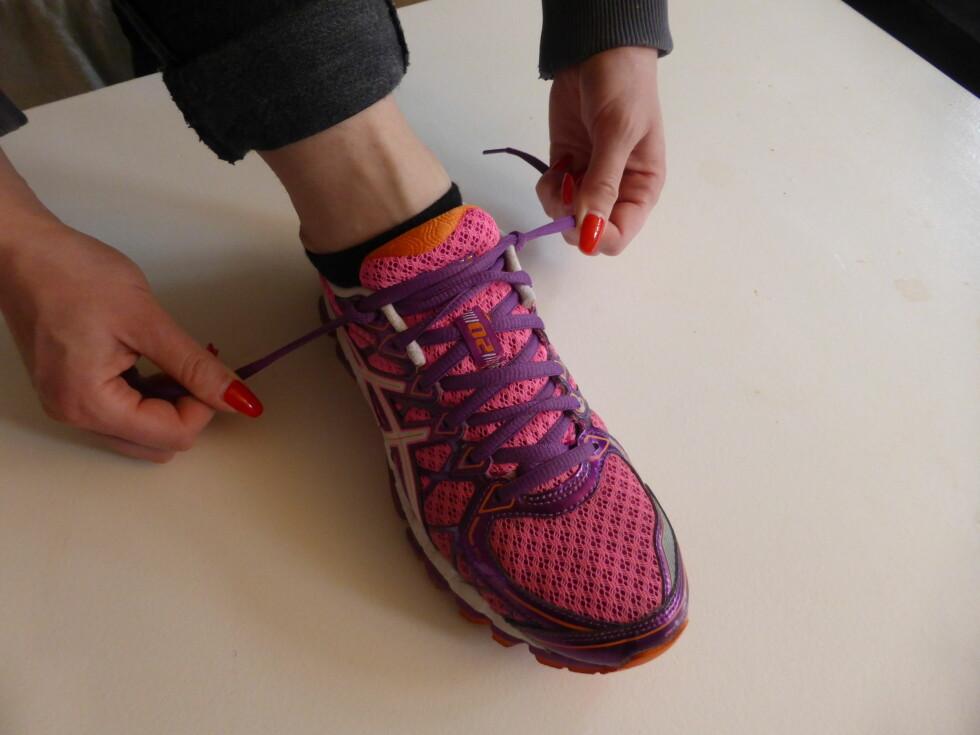 STEG 3: Stram til. Sørg for at du drar nedover mot hælen din, og ikke opp. Foto: Tone Ruud Engen