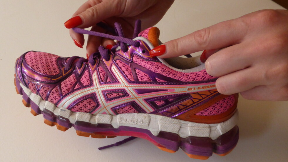 UNNGÅ GNAGSÅR: Har du lagt merke til hullet som ligger overfor og bak lissene på skoene dine?  Det er ikke der helt uten grunn, og sørger for at foten din er mye mer stabil - noe som kan bidra til å forebygge gnagsår. Foto: Tone Ruud Engen