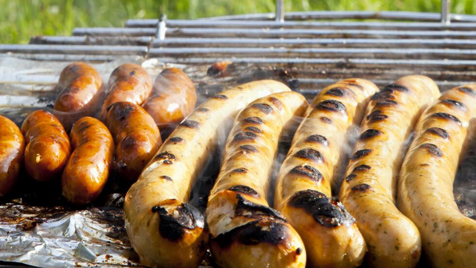 PØLSENE SKAL IKKE GRILLES FOR LENGE PÅ STERK VARME: - Pølsen er litt som oss, den ønsker seg litt sterk varme og sol på kroppen, så den blir gjennomvarm, men det må ikke bli for mye av det gode, sier kokk. og grillekspert Craig Whitson til KK.no.  Foto: Scanpix Denmark