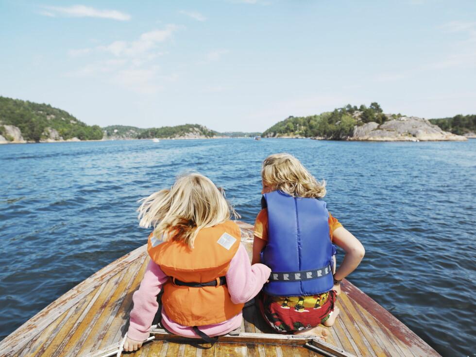 RIKTIG UTSTYR: Barn bør bruke de tradisjonelle redningsvestene, mens tenåringer ofte kan bruke flytevester.  Foto: NTB Scanpix