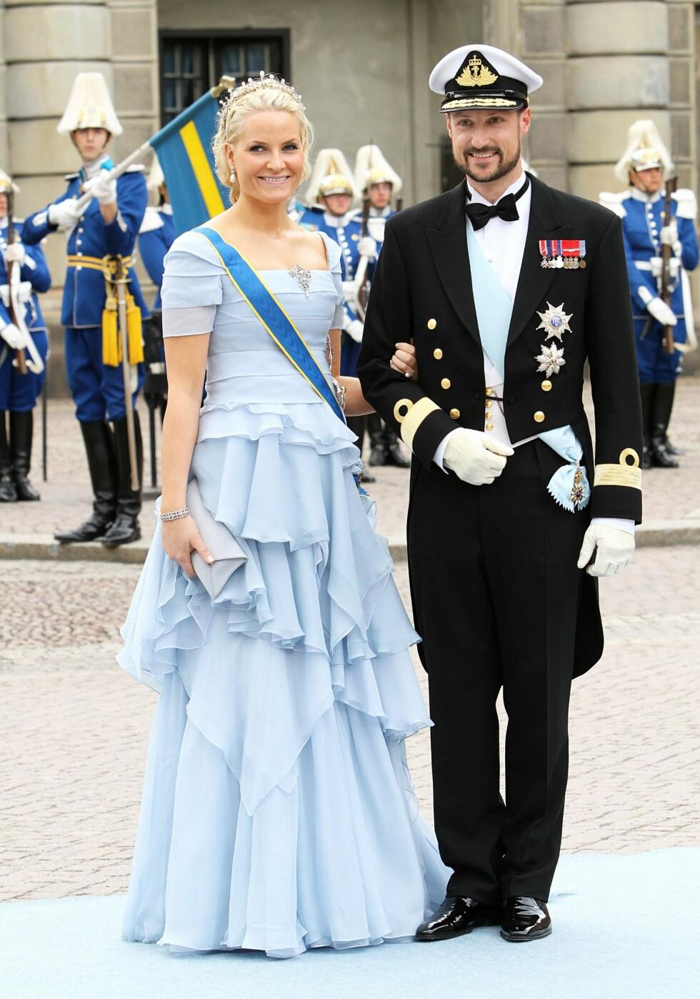I SVERIGE: Kjolen til kronprinsessen matchet løperen inn til bryllupet til kronprinsesse Victoria og prins Daniel. Foto: DPA