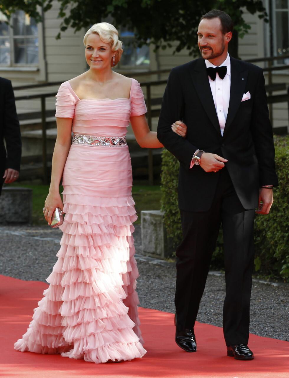 PÅ MIDDAG: Kronprinsparet feiret bryllupet til kronprinsesse Victoria og prins Daniel av Sverige. Foto: Reuters
