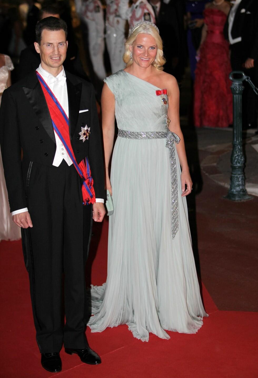 I MONACO: På bryllupsmiddagen gikk kronprinsessen for en kjole med et interessant snitt. Foto: DPA