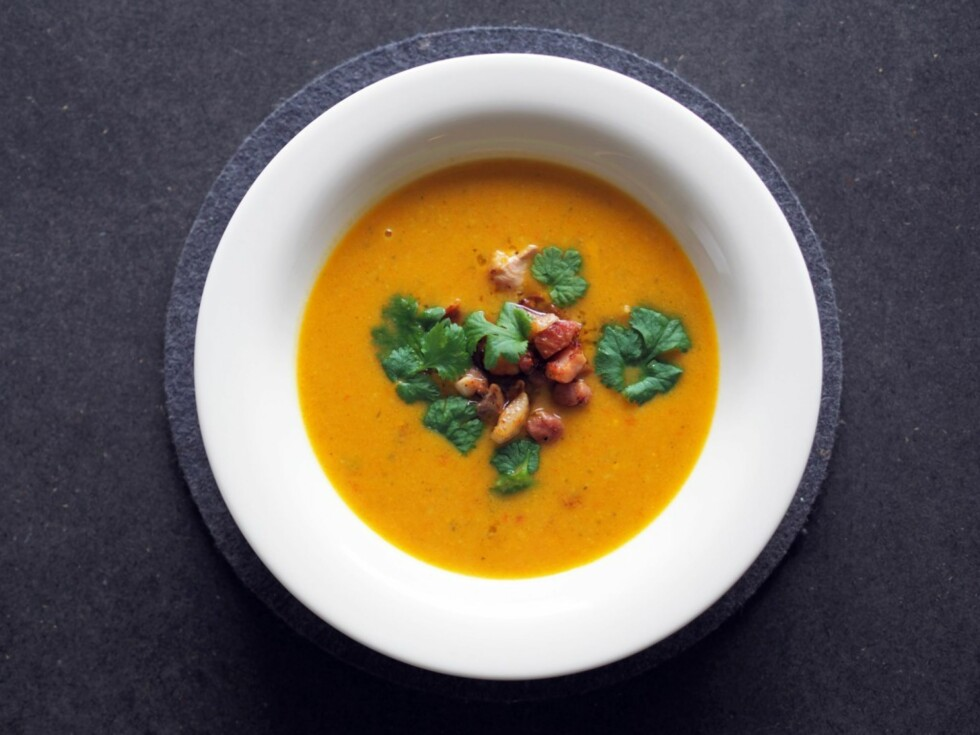 <strong>NYDELIG RESTEMAT:</strong> Det er ingen grunn til å kaste slappe grønnsaker. Bruk restene du har liggende til å lage en deilig suppe. Foto: Julie Ilona Balas, Juliesmatblogg.no