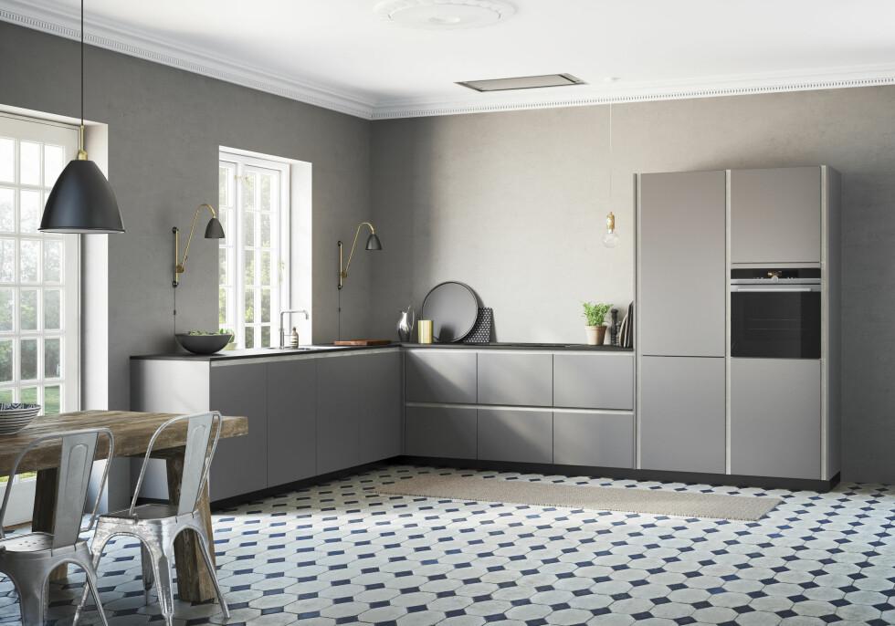 <strong>TON I TON:</strong> Nyanser av samme farge er inn på kjøkkenfronten. Grått betongpreg og alt i samme farge. Kjøkkenet er fra KVIK.  Foto: Produsenten