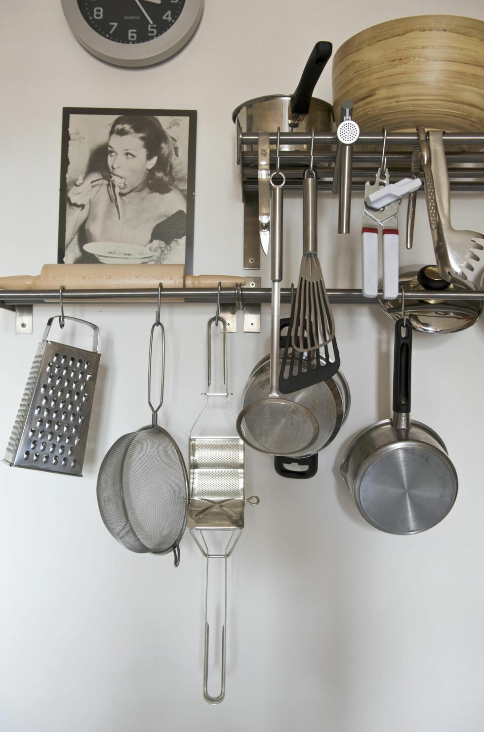 <strong>HENG DET FRAM:</strong> Å ha kjøkkenutstyret henge fremme er både praktisk og kult.  Foto: Scanpix